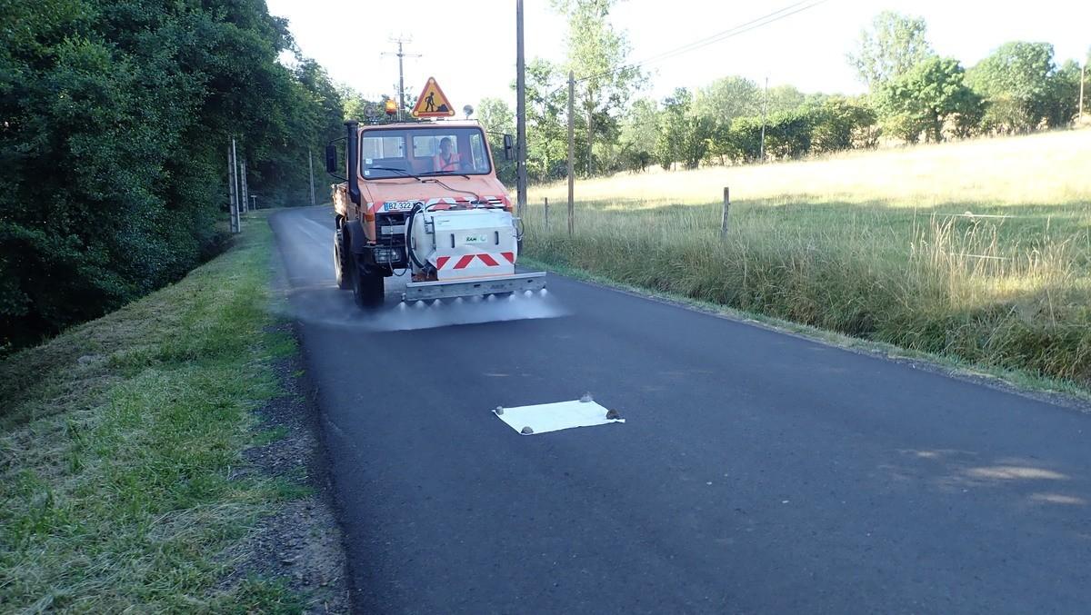Un nouveau procédé utilise le lait de chaux pour traiter le ressuage des routes surchauffées avec un impact environnemental maîtrisé