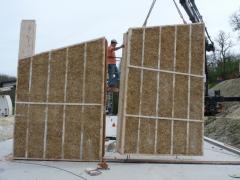 Préfabrication de caissons porteurs en bois remplis avec un isolant paille (possibilité de prévoir finition, bardage, réservations,...)